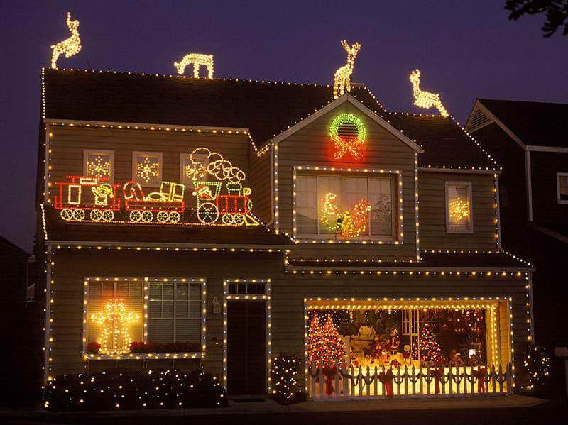 20 Outdoor Décor Ideas With Christmas Lights 16