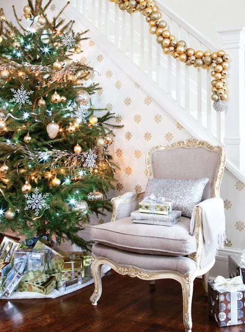 Gold And White Christmas Décor Ideas 23
