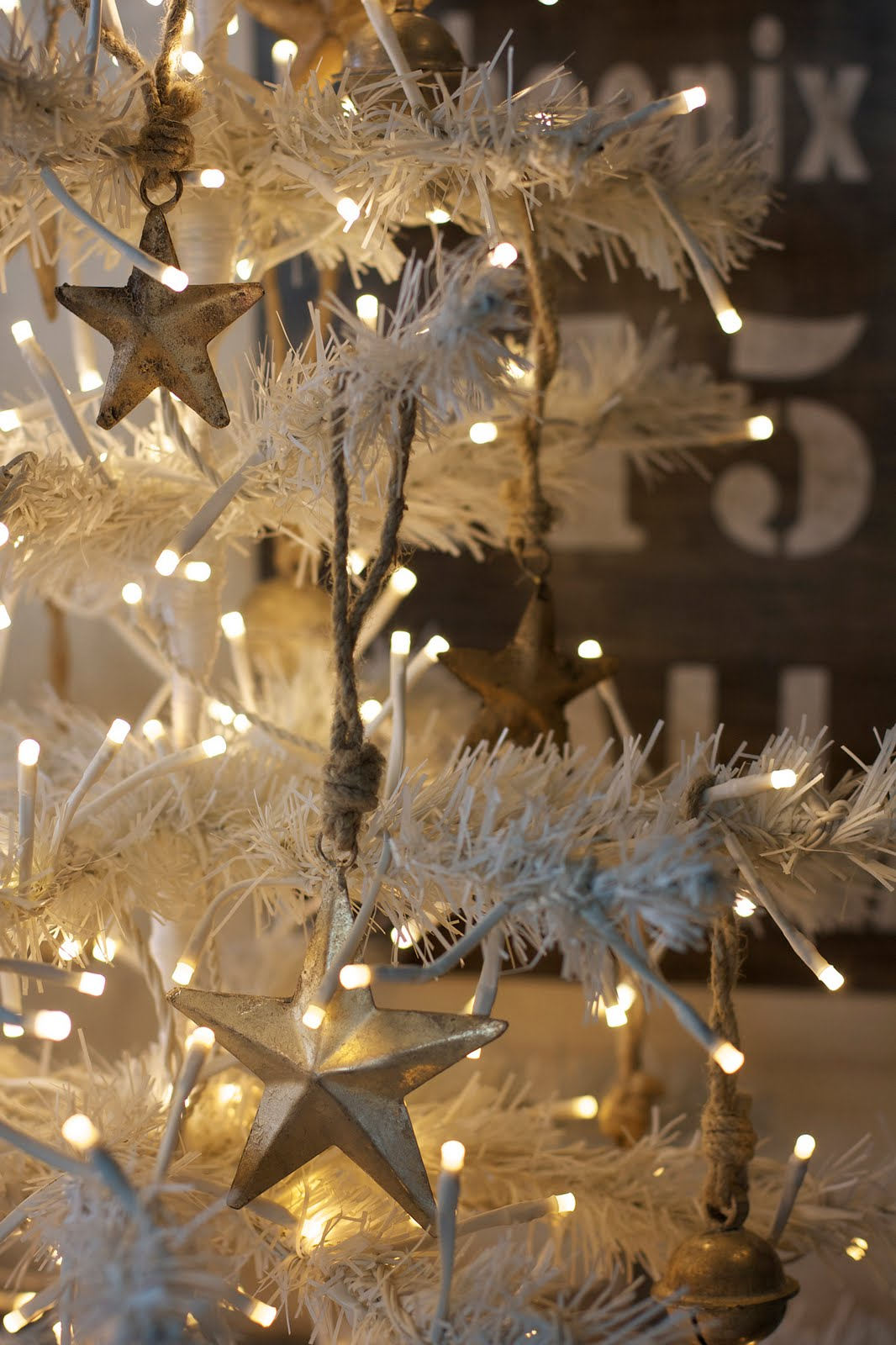 Gold And White Christmas Décor Ideas 33